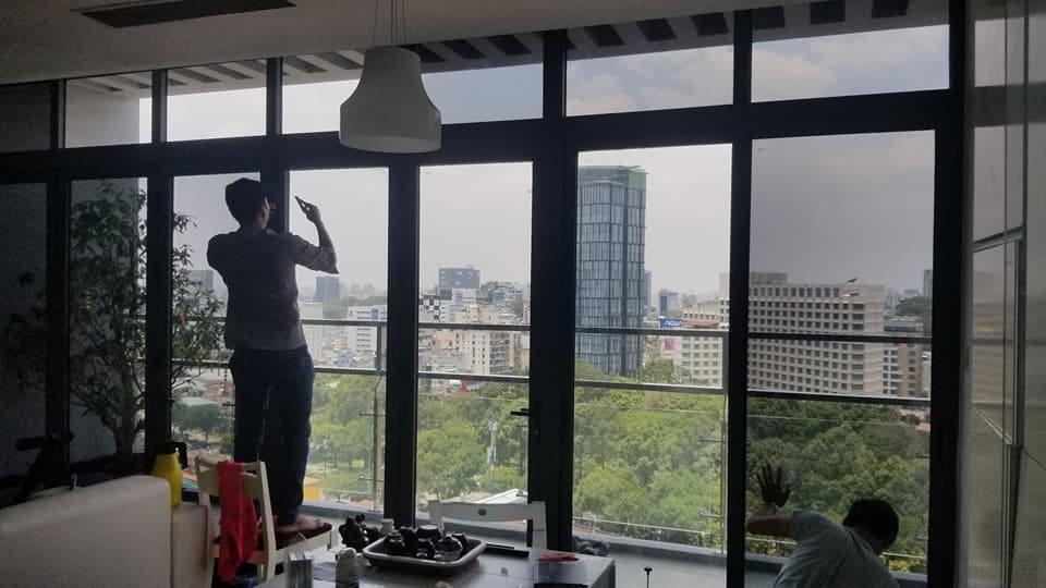 Thi công dán kính chống nắng chung cư