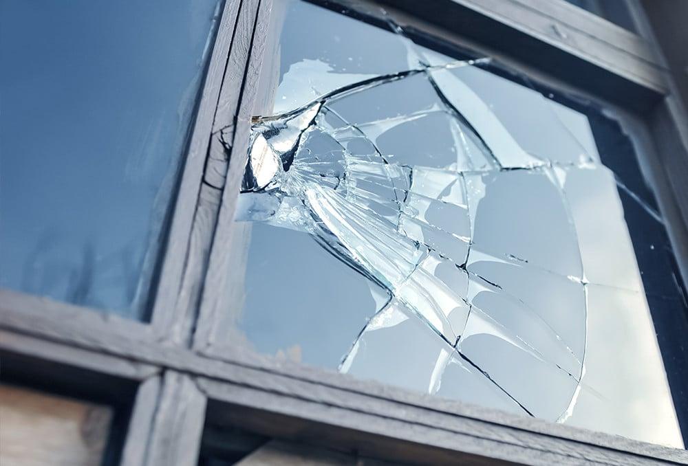 Phim an toàn kính giữ chặt mảnh vỡ trong thời gian chờ thay thế kính mới